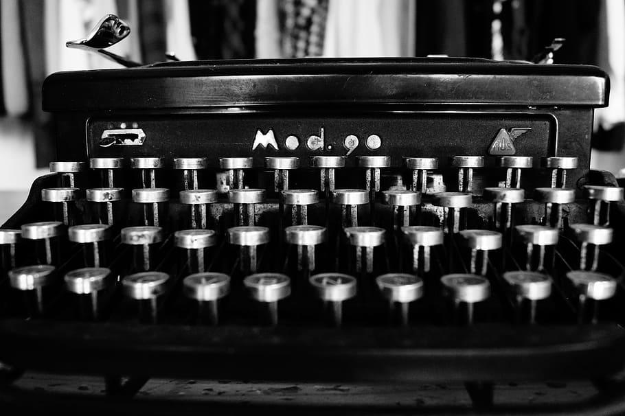 Deze afbeelding heeft een leeg alt-attribuut; de bestandsnaam is typewriter-typing-black-and-white-keys.jpg